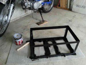 ガレージ内で塗装中